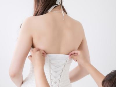 背中の開いたドレス